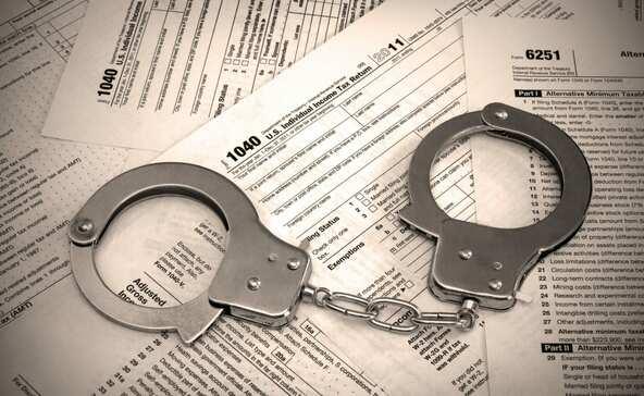 Több mint félmilliárd forint adót csaltak el, összesen 37 év büntetést kaptak