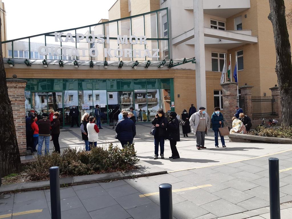 Védőoltásra várva - sorbanállás a kaposvári kórház előtt a hétvégén
