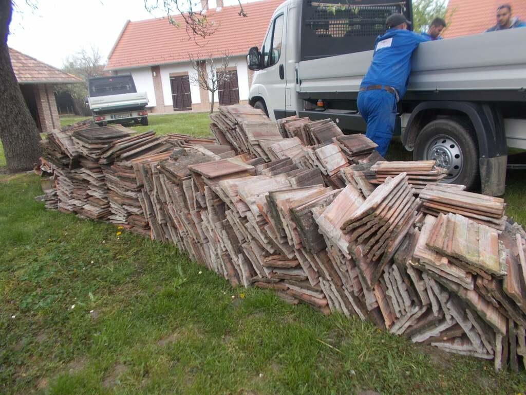 Már kipakolták a tetőcserepeket a Vilma-ház udvarán