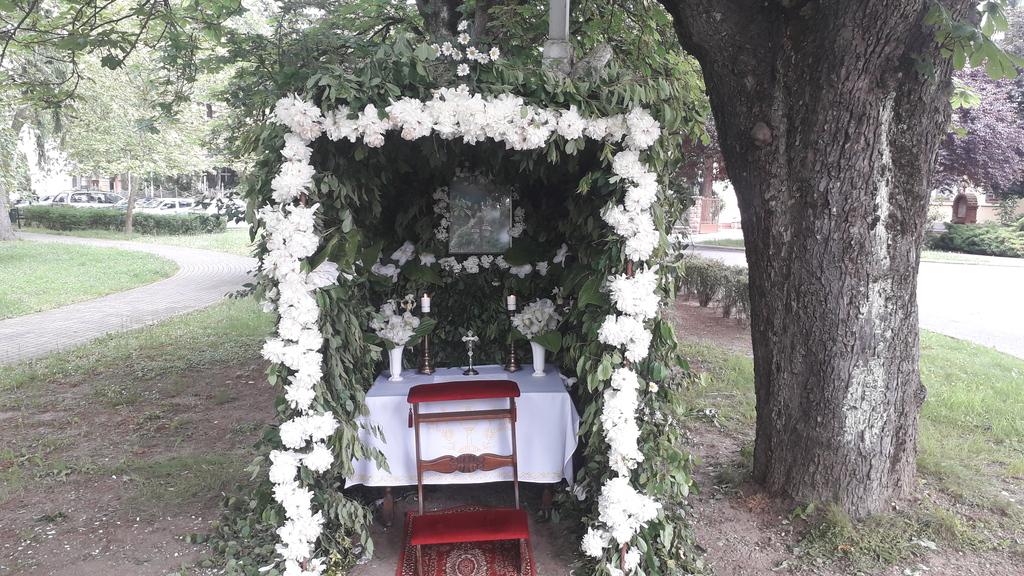 A déli sátor a templom bejáratánál