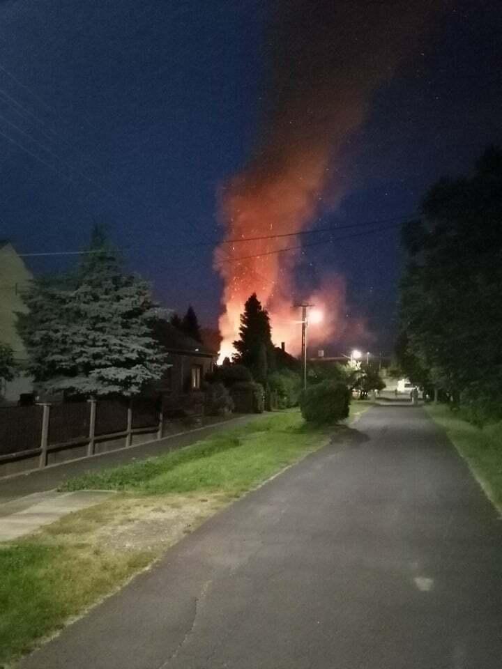 Olvasónk készítette ezt a felvételt az égő ingatlanról fél 10 környékén