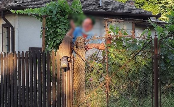 Ittasan ment hagymát lopni, fennakadt a kerítésen