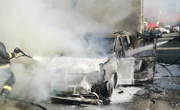 Épületet is veszélyeztetett egy lángoló autó