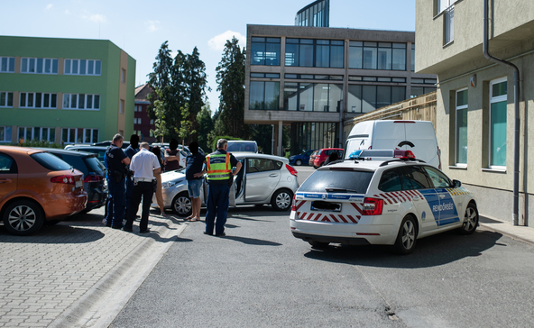 Pénzszállítóval koccant egy autó az OTP Bank mellett