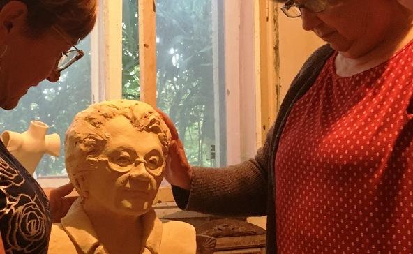 Spanics Katalin most egy óvodának készített Fésűs Éva-szobrot