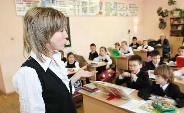 PDSZ: a tanárok béremelése helyett a megfélemlítésükre költ a kormány