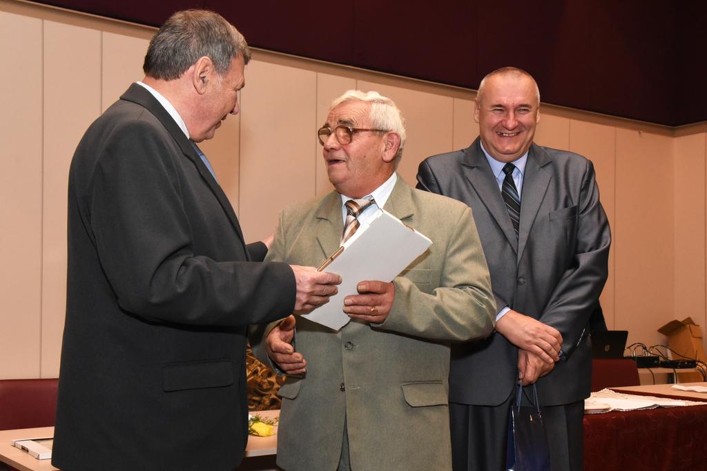 A nyugdíjasokét végzett munkájukért kaptak elismeréseket