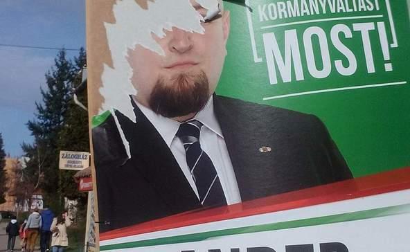 Leszaggatott, összetört Jobbik-plakátok mindenfelé
