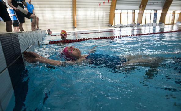 Még a legkisebbek is versenybe szálltak a medencében